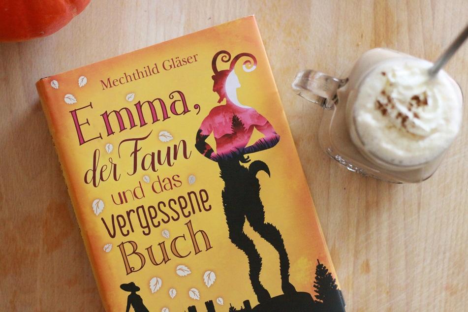 Ein Buch, ein Glas Pumpkin Spice Latte mit Edelstahltrohhalm und Sahne auf einem Tablett. Foto: geek's Antiques/Lilli