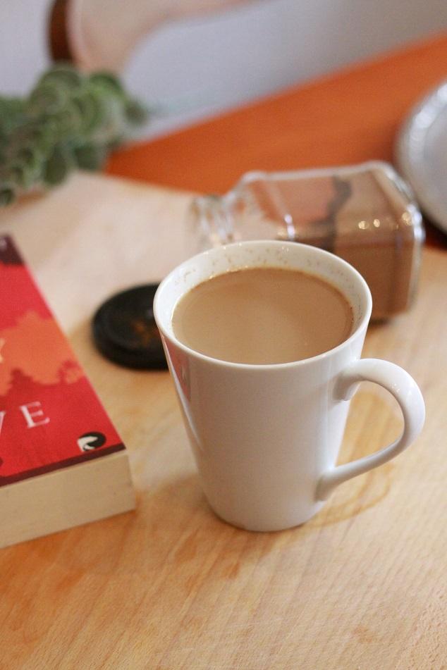 Eine Tasse auf einem Tablett. Foto: geek's Antiques/Lilli