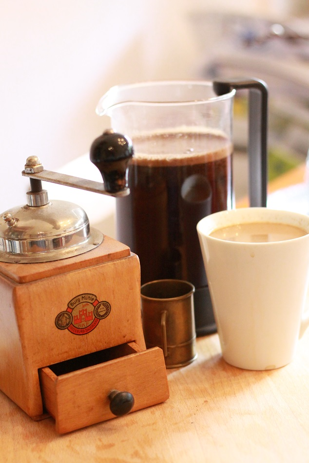 Eine Kaffeemühle, eine Kaffeepresse und eine Tasse auf einem Tablett. Foto: geek's Antiques/Lilli