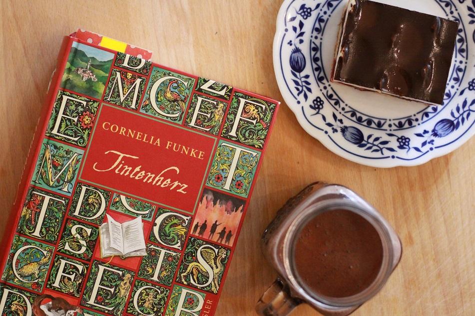 Ein Buch, ein Stück Kuchen und eine Tasse auf einem Tablett. Foto: geek's Antiques/Lilli