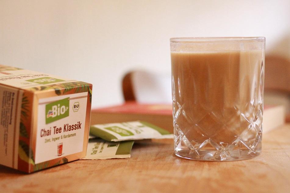 Ein Glas Tee und eine Teepackung auf einem Tablett. Foto: geek's Antiques/Lilli